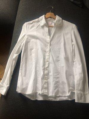 schlichte weiße Bluse mit Perlmuttknöpfen