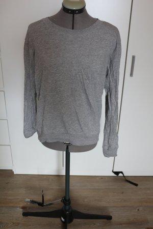 schlichter grauer Pullover