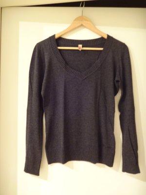 schlichter grauer V-Ausschnitt Pullover