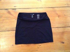 Schlichter schwarzer H&M-Minirock, auch als Unterrock denkbar, basic!