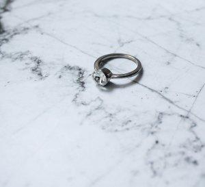 schlichter silberfarbender Ring