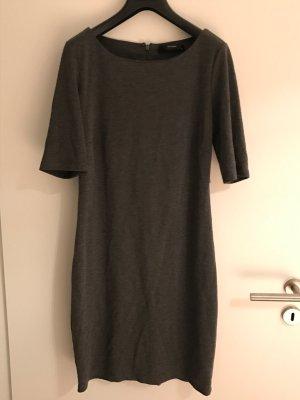 Schlichtes graues Basic-Kleid.