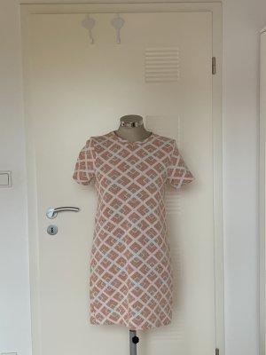 Schlichtes Kleid mit Muster