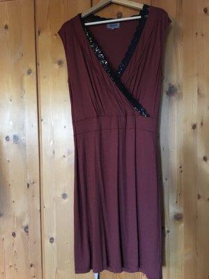 Schlichtes Kleid mit Pailletten Bestickung
