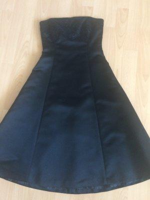 Schlichtes schwarzes Abendkleid