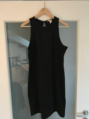Schlichtes schwarzes Kleid mit tiefem Rückenausschnitt