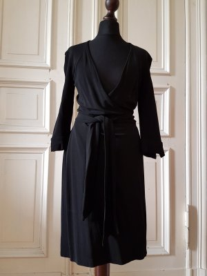 Schlichtes schwarzes Wickelkleid