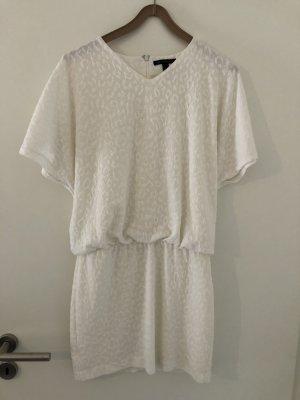 Schlichtes weißes Kleid
