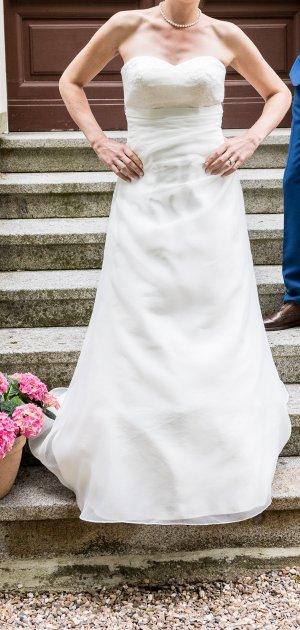 Schlichtes wunderschönes Brautkleid Gr.40 inkl. Reifrock und Spitzenjäckchen