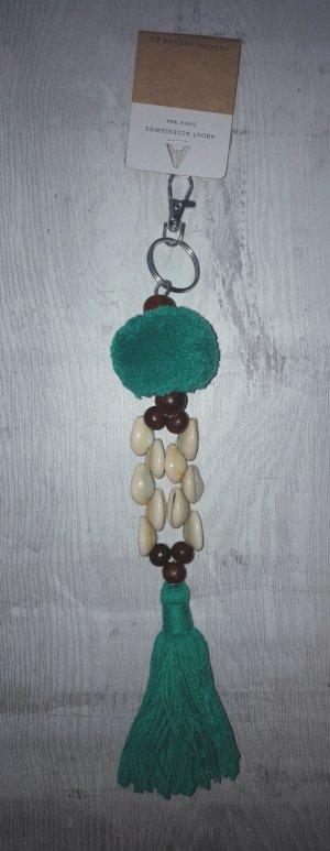 Schlüssel-/Taschenanhänger Muscheln mit Bommel und Quaste, grün / silber