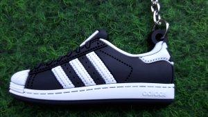 Schlüsselanhänger Sneaker mit den berühmten 3 weißen Streifen