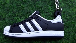 Schlüsselanhänger Sneaker mit den berühmten 3 weissen Streifen
