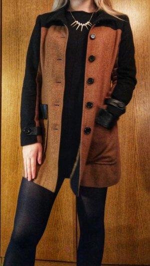 Schmal geschnittener Mantel mit farblich abgesetzten Ärmeln