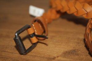 Schmaler Ledergürtel für elegante Taillie