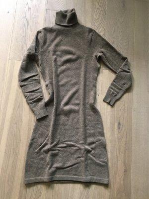 Schmeichelndes Kleid mit Rollkragen (cashmere)