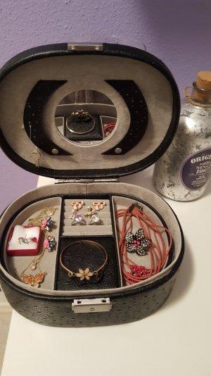 schmuckkoffer mit Inhalt ohrringe halsketten und ringe