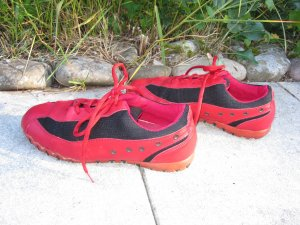 * SCHNÄPPCHEN * Feuerrote Ledersneaker mit schwarzem Meshgewebe rote Sohle schöne Details seitlich