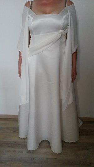 schnörkelloses Brautkleid mit Schärpe aus Tüll und Mini-Schleppe (cremefarben)