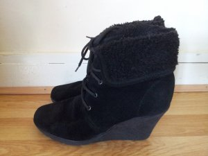 Schnürrstiefeletten Wedges in Schwarz Urban Outfitters Booties für den Winter