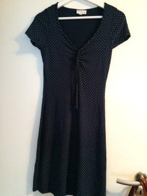 Schön fallendes dunkelblaues Kleid mit weißen Tupfen