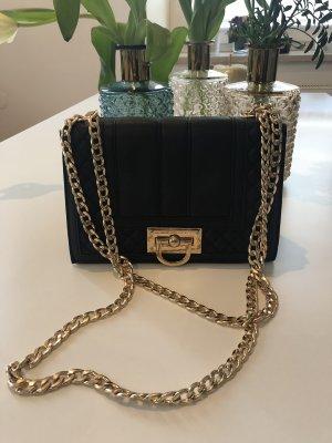 Schöne Abendtasche von Gina Tricot mit Goldkette