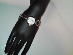 Schöne Armbanduhr,in Metall Optik,in Silber Farbe.Sehe sehr elegant aus