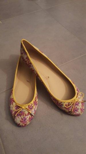 Schöne Ballerinas mit Muster