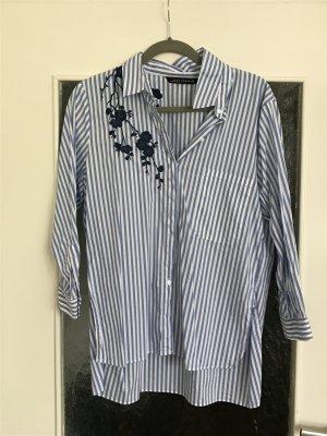 Schöne blau-weiß gestreifte Bluse von Zara mit tollen Stickereien in dunkelblau.
