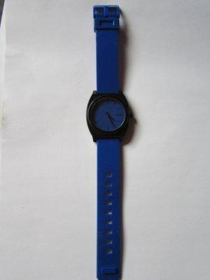 schöne blaue Nixon Uhr