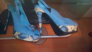 schöne  blaue pumps mit schlangenmuster