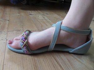 Schöne blaue Sandalen mit Perlen
