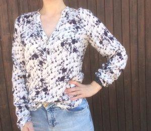 Schöne Bluse mit Blumenmustern