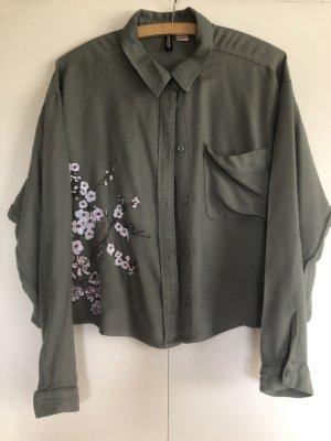 Schöne Bluse mit Blumenstickerei