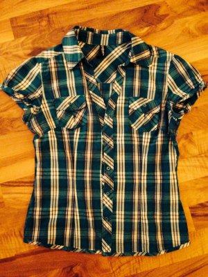 Schöne Bluse mit kurzen Ärmeln