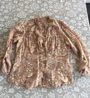 Schöne Bluse mit Rüschen