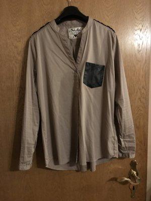 Schöne Bluse mit schwarzen Details