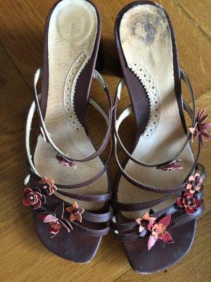 Schöne braune Sandalen mit Blümchen