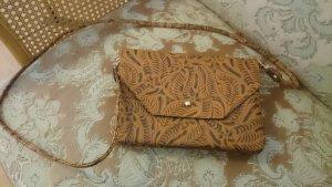 schöne braune tasche mit vintagemuster