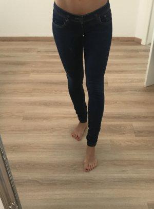 Schöne dunkel blaue Röhrenjeans