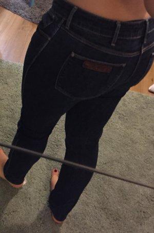 Schöne dunkle Jeans