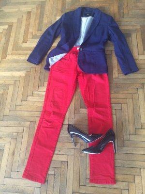 Schöne, enge, rote Jeans