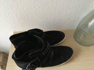 Schöne flache Schuhe von ASH in schwarz mit Nieten