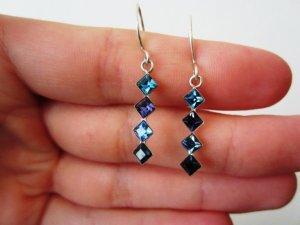 Schöne funkelnde Ohrringe in blau, violett