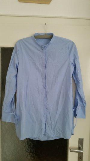 Schöne gestreifte blaue Bluse von Massimo Dutti mit süßen Bindedetails an den Ärmeln.