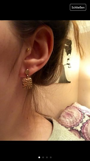Schöne goldene Ohrringe