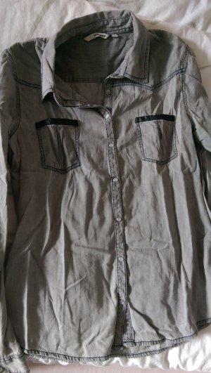 Schöne graue Jeans Bluse mit Leder