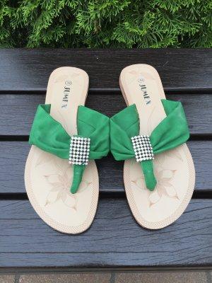 schöne grüne Flip Flops mit Strass Element