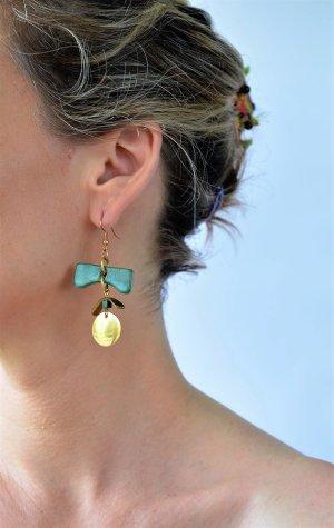 schöne grüne keramik Ohrringe und metall aus goldfarbe