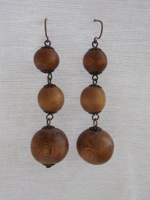 Schöne hängende Holzohrringe