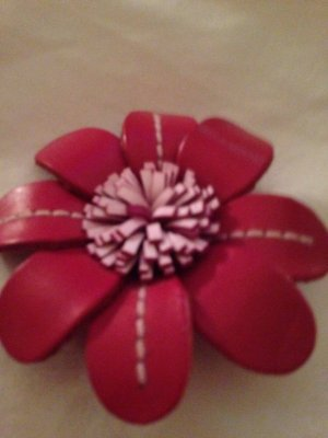 Schöne handgemachte Echtleder Brosche Blume